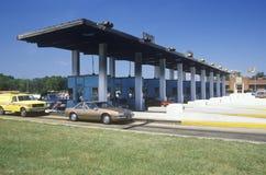 Samochody czeka krzyżować opłaty drogowa bramę na Chesapeake moscie w Maryland Fotografia Royalty Free