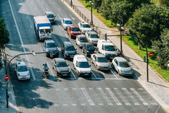 Samochody Czeka Przy światła ruchu Dla Pedestrians Krzyżować ulicę Fotografia Stock