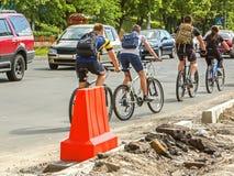 Samochody i bicykle na brukującej drodze Zdjęcie Stock