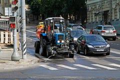 Samochody i ciągnik z cysternowym czekaniem dla sygnału przy światłami ruchu Obrazy Royalty Free