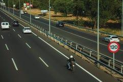 Samochody i motocykl na autostradzie i prędkości ograniczenia kierunkowskazie w Madryt obraz stock