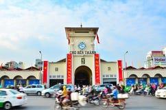 Samochody i motocykle śpieszą się wokoło Saigon Środkowego rynku znać w okolicy jako Ben Thanh Zdjęcia Royalty Free