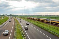 Samochody i pociąg na A44 autostradzie blisko Abbenes zdjęcie stock