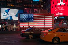 Samochody i signboards w czasie Obciosują w nocy Obraz Royalty Free