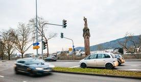 Samochody i statua cesarz Constantine trzyma koronę Zdjęcia Royalty Free