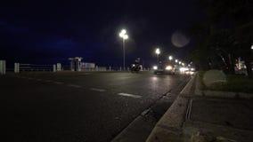 Samochody jadą na nocy mieście ulicznym i wiele reflektorach zbiory