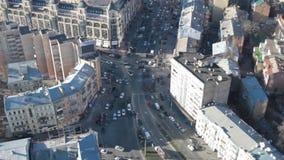 Samochody jadą wzdłuż środkowej ulicy miasto zbiory