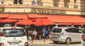 Samochody jadą past taras restauracja Obrazy Royalty Free