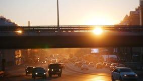 Samochody jedzie na drodze pod mostem Zmierzch zdjęcie stock