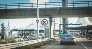 Samochody krzyżuje zwyczaje przy granicą między Francja i Szwajcaria zdjęcie stock