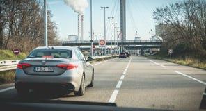 Samochody krzy?uje zwyczaje przy granic? mi?dzy Francja i Szwajcaria zdjęcia royalty free