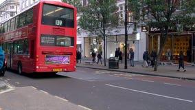 Samochody, kupujący, cyklista, taxi, czerwoni dwoistego decker Londyńscy autobusy, Oksfordzka ulica, Londyn, Anglia zbiory