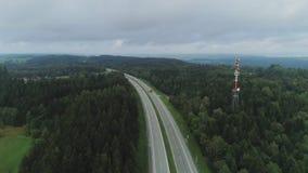 Samochody na Autobahn w Niemcy poscie jedzie piękną drogę zbiory