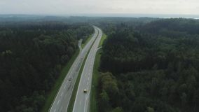 Samochody na Autobahn w Niemcy poscie jedzie piękną drogę zbiory wideo