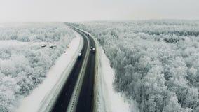Samochody na drodze przy zima sezonem 4K zbiory wideo