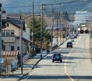 Samochody na drodze Shirakawa wioska w Gifu, Japonia obrazy royalty free
