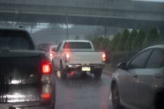 Samochody na drodze z dżdżystym zdjęcie stock