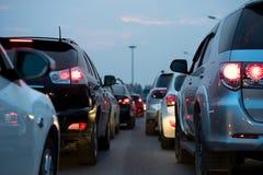 Samochody na miastowej ulicie w ruchu drogowego dżemu przy zmierzchem zdjęcie royalty free