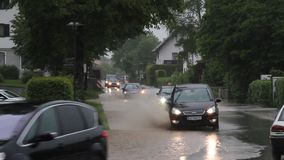 Samochody na zalewającej drodze w Niemcy zdjęcie wideo