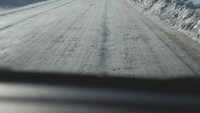 Samochody na zimy drodze z śniegiem Niebezpieczny samochodu ruch drogowy w styl życia złej pogodzie Droga w złych warunek pogodow zbiory