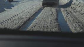 Samochody na zimy drodze z śniegiem Niebezpieczny samochodu ruch drogowy w złej pogody styl życia Droga w złych warunek pogodowy  zbiory wideo