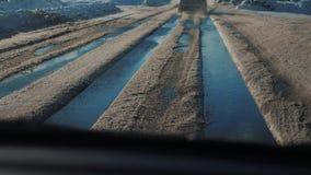Samochody na zimy drodze z śniegiem Niebezpieczny samochodu ruch drogowy w złej pogodzie Droga w styl życia złych warunek pogodow zbiory