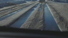 Samochody na zimy drodze z śniegiem Niebezpieczny samochodu ruch drogowy w złej pogodzie Droga w złych styl życia warunek pogodow zdjęcie wideo