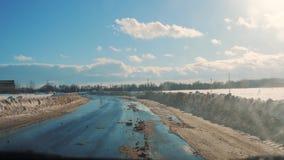 Samochody na zimy drodze z śniegiem Niebezpieczny samochodu ruch drogowy w złej pogodzie Droga w złych warunek pogodowy w styl ży zdjęcie wideo