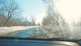 Samochody na zimy drodze z śniegiem Niebezpieczny samochodu ruch drogowy w złej pogodzie Droga w złych warunek pogodowy w zimie zdjęcie wideo