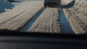 Samochody na zimy drodze z śniegiem Niebezpieczny samochodu ruch drogowy w złej styl życia pogodzie Droga w złych warunek pogodow zdjęcie wideo