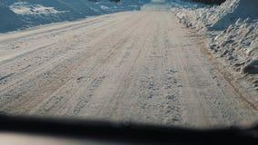 Samochody na zimy drodze z śniegiem Niebezpieczny styl życia samochodu ruch drogowy w złej pogodzie Droga w złych warunek pogodow zbiory