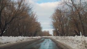 Samochody na zimy drodze z śnieżnym styl życia Niebezpieczny samochodu ruch drogowy w złej pogodzie Droga w złych warunek pogodow zdjęcie wideo
