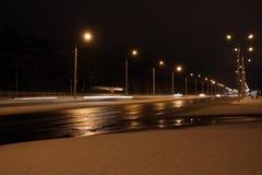 Samochody na zimy drodze z śniegiem Niebezpieczny samochodowy ruch drogowy w złej pogodzie z bokeh przy nocą używać tło obraz stock
