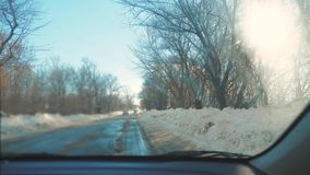 Samochody na zimy drodze z śniegiem Niebezpieczny samochodu ruch drogowy w złej pogodzie Droga w złych warunek pogodowy w zimie zbiory