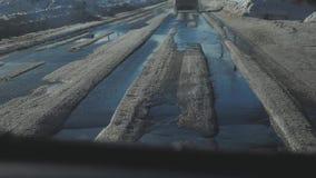Samochody na zimy drodze z śniegiem Niebezpieczny samochodu ruch drogowy w złej pogodzie Droga w złym warunek pogodowy styl życia zbiory
