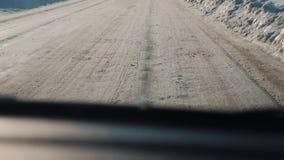 Samochody na zimy drodze z śniegiem Niebezpieczny samochodu ruchu drogowego styl życia w złej pogodzie Droga w złych warunek pogo zbiory