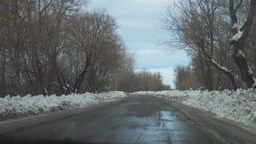 Samochody na zimy drodze z styl życia śniegiem Niebezpieczny samochodu ruch drogowy w złej pogodzie Droga w złych warunek pogodow zdjęcie wideo