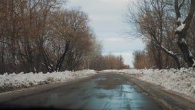 Samochody na zimy drogowym styl życia z śniegiem Niebezpieczny samochodu ruch drogowy w złej pogodzie Droga w złych warunek pogod zbiory