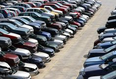 Samochody niszczący w wysypisku samochodowa rozbiórka Obrazy Stock