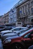 Samochody parkujący na ulicie w pedestrians i centrum miasta zdjęcia stock