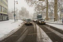 Samochody podczas opad śniegu obrazy stock
