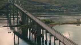 Samochody podróżuje przez zawieszenie drogi most w Tjeldsundbrua zdjęcie wideo