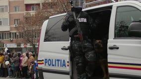 Samochody policyjni paradują podczas świętowań dla święta państwowego Rumunia zdjęcie wideo