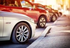 Samochody poruszający na drodze w mieście w wczesnym poranku Obrazy Royalty Free