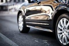 Samochody poruszający na drodze w mieście w wczesnym poranku Zdjęcie Royalty Free