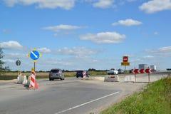 Samochody robią objazdowi na autostradzie obrazy stock