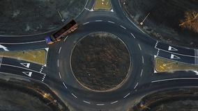 Samochody ruszają się przez niedawno budującego ruchu drogowego okręgu zdjęcie wideo