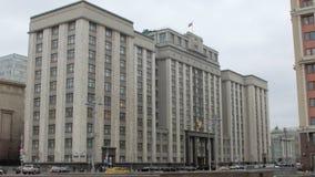 Samochody są poruszający na ulicie przed budynkiem stan duma Rosja w Moskwa zbiory
