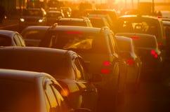 Samochody są w ruchu drogowego dżemu podczas pięknego złotego zmierzchu zdjęcie stock