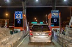 Samochody stoi przy bramy autostrady wejściem zdjęcie royalty free